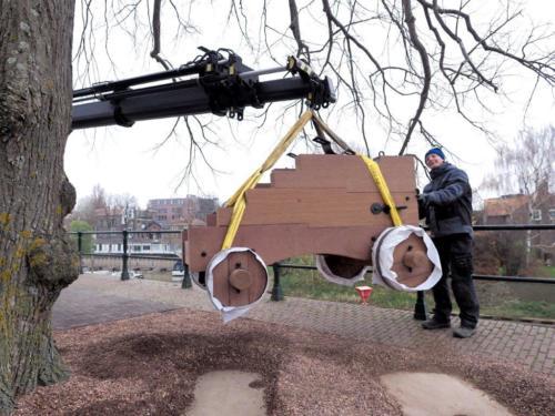 Affuit wordt geplaatst op de IJsselkade